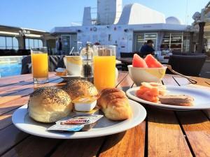 Frühstück auf dem Freideck