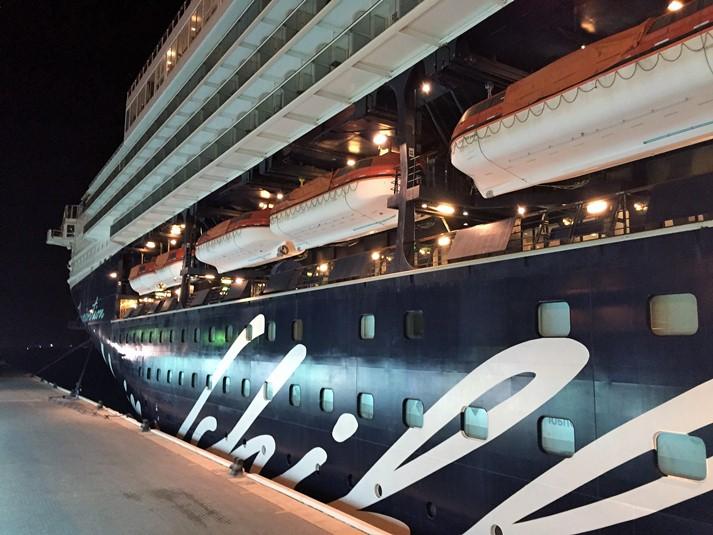 Die Mein Schiff 2 an der Pier von Dubai