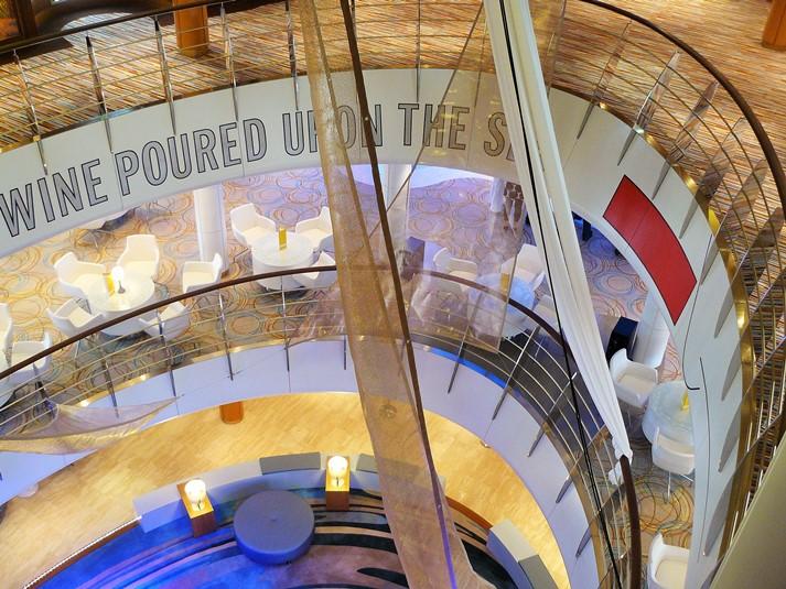 Das schöne Atrium und Zentrum der Mein Schiff 2