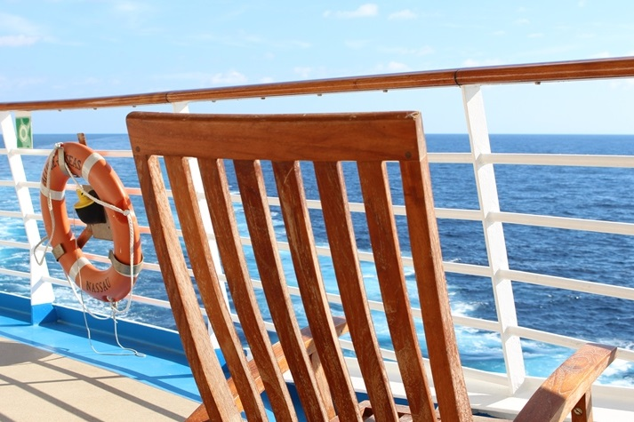 Maritimer Chic: Teakholz-Stühle