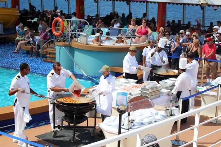 Frischer geht´s nicht.. eine leckere Paella auf dem Pooldeck zubereitet