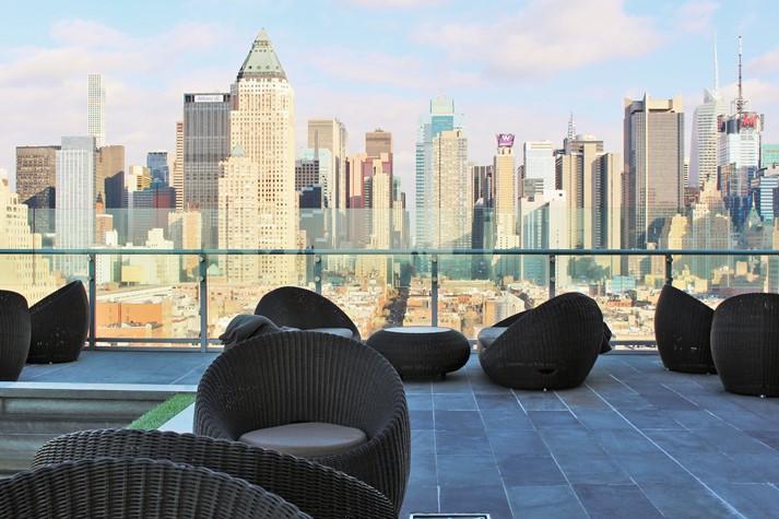 Uneingeschränkter Skyline-Blick von der Roof-Top Bar