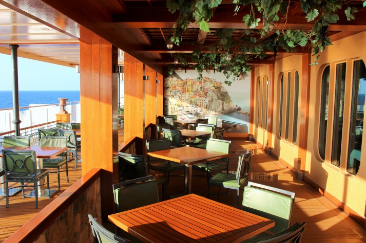 Ein Großteil der Spezialitätenrestaurants sind auf dem Außendeck 8