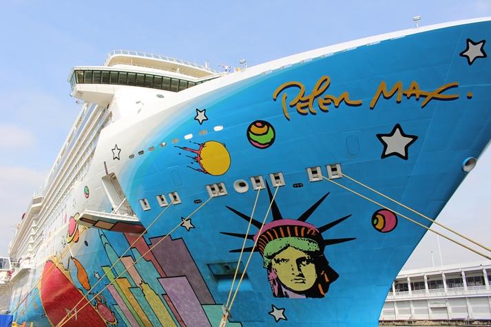 Der Pop-Art-Künstler Peter Max hat die Rumpfbemalung entworfen