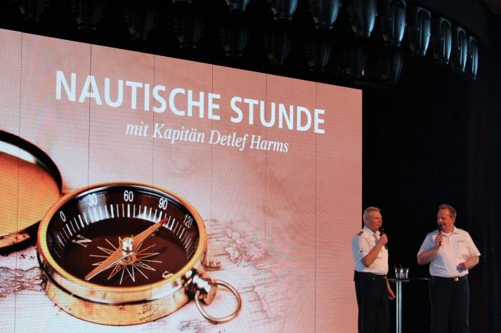 Entertainment-Chef Stephan Hartmann zusammen mit Kapitän Detlef Harms