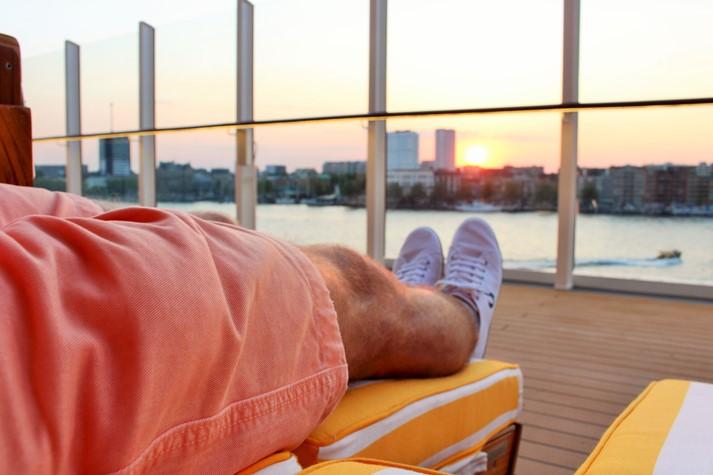 Sommerliche Abendatmosphäre auf dem Lanai Deck