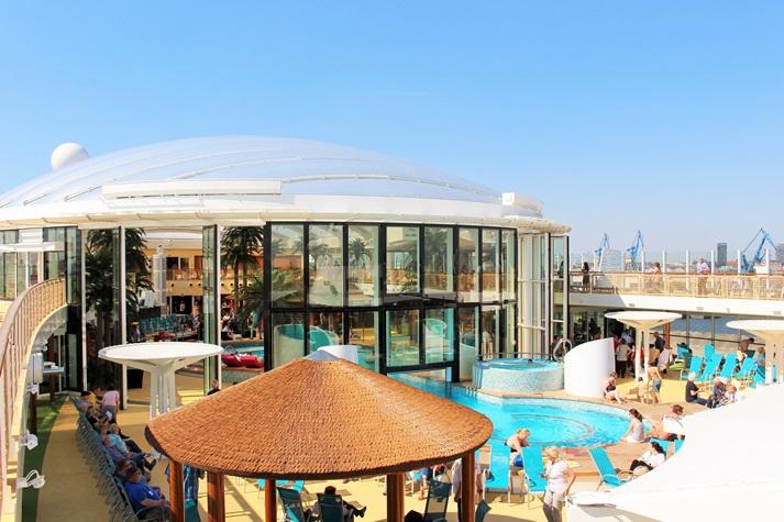AIDAprima´s Pooldeck und der überdachte Beach Club