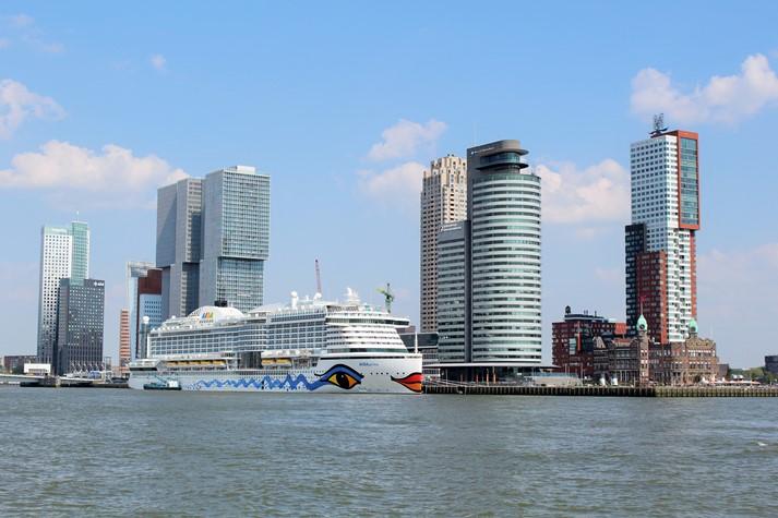 AIDAprima vor der Stadt-Silhouette von Rotterdam