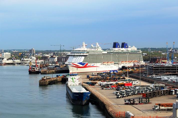 Neben AIDAprima liegt auch die Britannia in Southampton