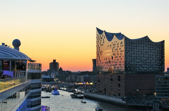 Zwei Architektur-Giganten: AIDAprima und die Elbphilharmonie