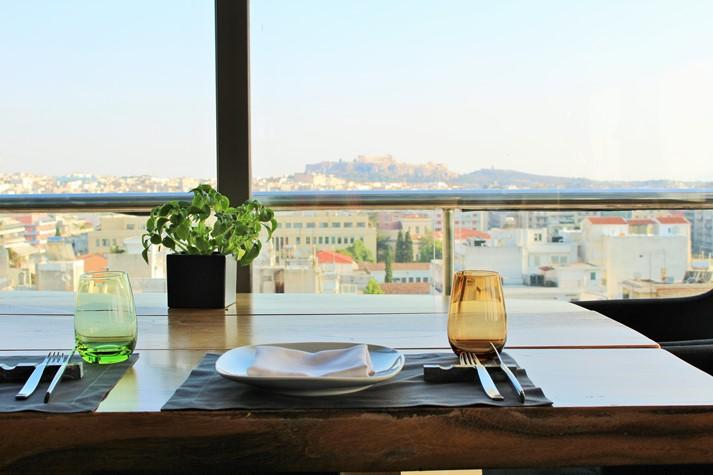 Das St' Astra Restaurant, im Hintergrund die Akropolis