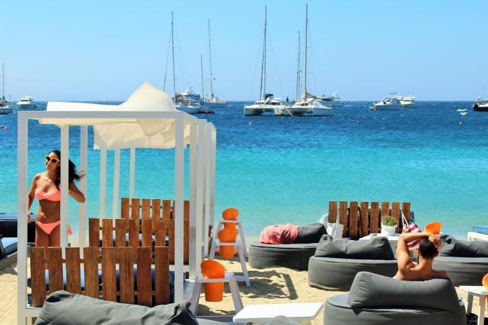 Mykonos ist bekannt für wunderschöne Buchten und entspannte Atmosphäre