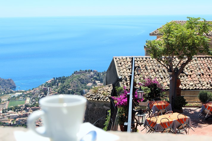 Panoramablick auf die sizilianische Küstenlandschaft