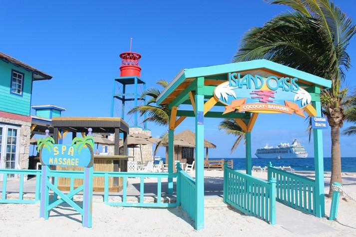 typisch bunte Strandhütten in der Karibik
