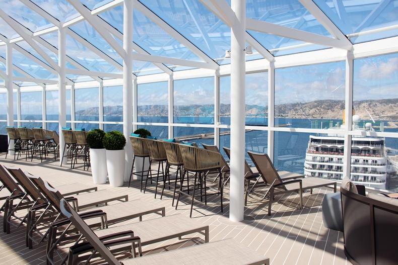 Der Solarium-Poolbereich für Erwachsene mit Panoramablick aufs Meer lässt Kreuzfahrtfeeling aufkommen