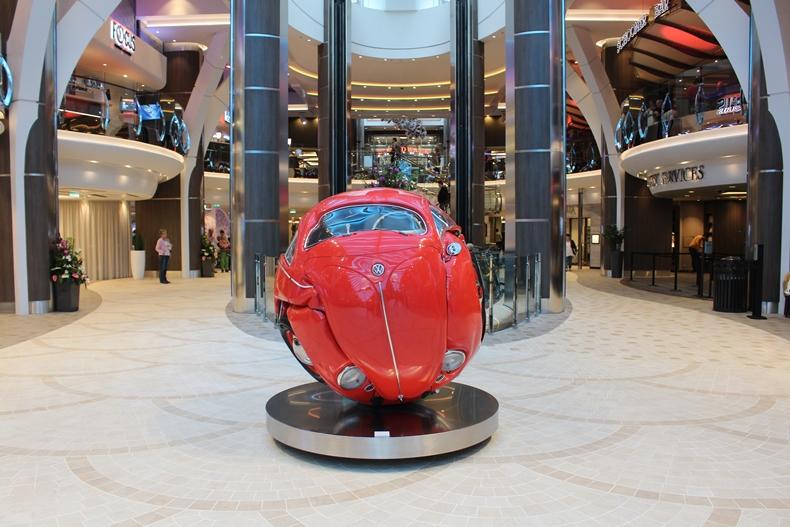 Toller Blickfang: VW-Käfer von einem Künstler in eine runde Form gebracht