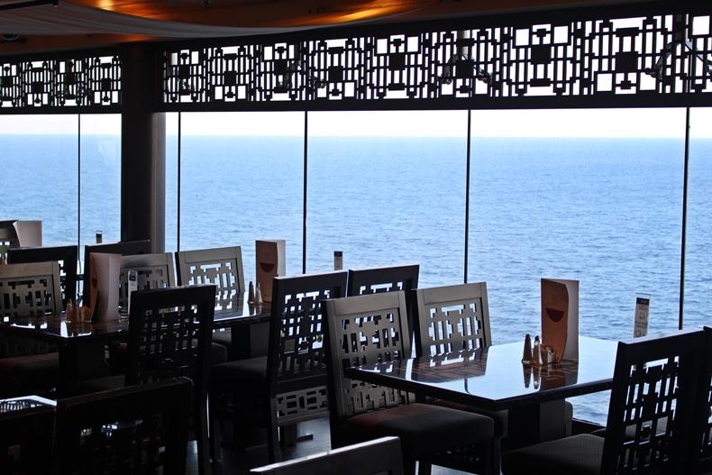 Schöne Panorama-Fenster im Buffetrestaurant